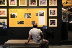Gościa obsiadanie na ławce z hełmofonami, uczenie historia tango, muzeum narodowe taniec i hall of fame, 2015 Fotografia Stock