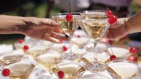 Gościa ` ręki biorą szkła z gulgotać wino przy przyjęciem Szkła budują w ostrosłupach Nie rozpoznawalny zbiory wideo
