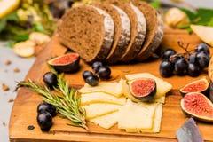 Gościa restauracji wciąż życie z chlebem, serem i figami żyta, obraz stock