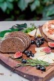Gościa restauracji wciąż życie z chlebem, serem i figami żyta, fotografia stock