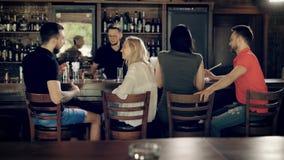 Goście bar komunikują z each inny przy barem barman wykonują rozkaz dokąd tam są koktajle, zbiory wideo