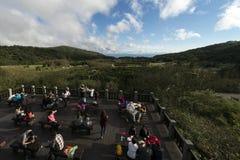 Goście biorą zdjęcia i odpoczywać przy platformą blisko Yangmingshan góry przy Taipei Zdjęcia Stock