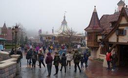 Goście chodzą w Disneyland Paryż w ciężkim sno Fotografia Stock
