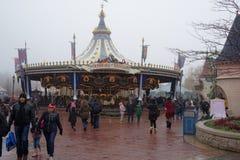 : Goście chodzą w Disneyland Paryż w ciężkim sno Zdjęcie Stock