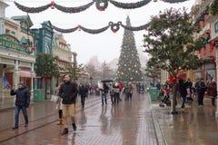 Goście chodzą w Disneyland Paryż w ciężkim sno Zdjęcia Royalty Free