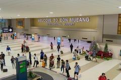 Goście chodzi wokoło Przyjazdowego Hall w Don Mueang zawody międzynarodowi Zdjęcia Royalty Free