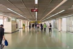 Goście chodzi wokoło Przyjazdowego Hall w Don Mueang zawody międzynarodowi Fotografia Stock