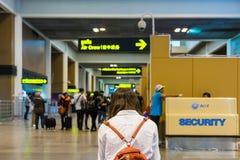 Goście czeka odprawę przy Don Muang lotniskiem międzynarodowym Obrazy Royalty Free