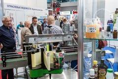 Goście i eksponenty odwiedza przy eksponaty i stojaki zdjęcia royalty free