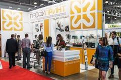 Goście i eksponenty odwiedza przy eksponaty i stojaki fotografia stock
