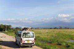 Goście na dżipie strzelają blisko góry Kilimanjaro Zdjęcia Royalty Free