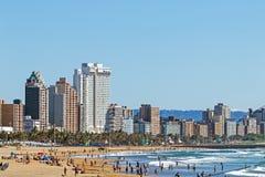Goście na plażowej Agaist miasta linii horyzontu w Durban Zdjęcie Stock