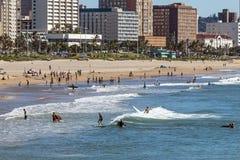 Goście na plażowej Agaist miasta linii horyzontu w Durban Zdjęcia Royalty Free
