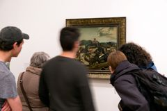 Goście patrzeje Salvador Dali obraz obrazy royalty free