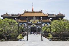 Goście przychodzi widzieć Cesarskiego Royal Palace Nguyen dynastia Zdjęcia Stock