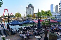 Goście restauracji cieszy się alfresco łomotać z widokiem Witte Huis przy Wijnhaven (bielu dom) Fotografia Stock