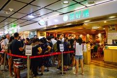Goście restauracji w Długiej kolejce przy Hong Kong Dim Sum Restauracyjny «Tim Blady Ho « zdjęcie royalty free