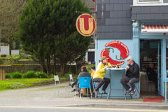 Goście restauracji wykorzystywali wczesnego wiosny światło słoneczne Irlandia, gdy biorą przekąskę outdoors w Kinsale w okręgu ad fotografia royalty free