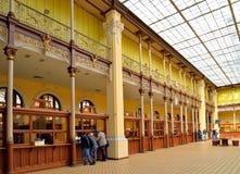 Goście stoją blisko Windows urząd pocztowy w Petersburg Zdjęcie Stock