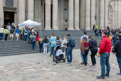 Goście w kolejce dla wejścia St Paul katedry, Londyn, Englan Zdjęcie Stock