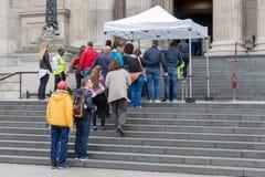 Goście w kolejce dla wejścia St Paul katedry, Londyn, Englan Obrazy Stock