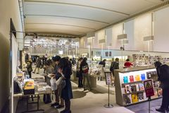 Goście w muzeum robią zakupy przy Honkan Japońską galerią przy Toky Zdjęcie Stock