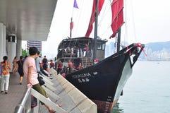Goście wsiadają na klasycznej łodzi podróżować na morzu Hong Kong Fotografia Stock