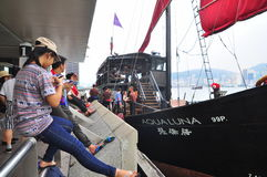 Goście wsiadają na klasycznej łodzi podróżować na morzu Hong Kong Zdjęcie Stock