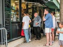 Goście wybierają przekąski przy cukiernianym oddalonym okno w Jardin De Luks Zdjęcie Royalty Free