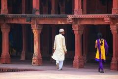 Goście chodzi przy Fatehpur Sikri kompleksem w Uttar Pradesh, Ind Obraz Royalty Free