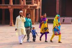 Goście chodzi w Fatehpur Sikri kompleksie w Uttar Pradesh, Ind Fotografia Stock