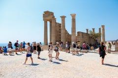 Goście na ruinach antyczny miasto Lindos, Rhodes, Grecja Zdjęcia Royalty Free