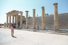 Goście na ruinach antyczny miasto Lindos, Rhodes, Grecja Zdjęcie Stock