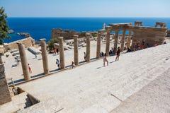 Goście na ruinach antyczny miasto Lindos, Rhodes, Grecja Fotografia Stock