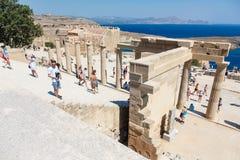 Goście na ruinach antyczny miasto Lindos, Rhodes, Grecja Obrazy Stock
