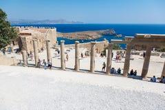 Goście na ruinach antyczny miasto Lindos, Rhodes, Grecja Fotografia Royalty Free