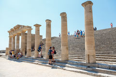 Goście na ruinach antyczny miasto Lindos, Rhodes, Grecja Obraz Royalty Free