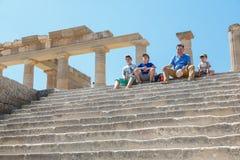 Goście na ruinach antyczny miasto Lindos, Rhodes, Grecja Zdjęcia Stock