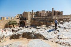 Goście na ruinach antyczny miasto Lindos, Rhodes, Grecja Obrazy Royalty Free