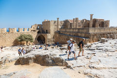 Goście na ruinach antyczny miasto Lindos, Rhodes, Grecja Zdjęcie Royalty Free