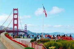 Goście przy Golden Gate Bridge w San Fransisco, CA - Zdjęcie Royalty Free