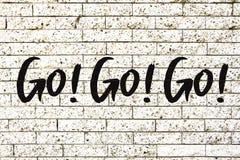"""""""Go! Gehen Sie! Gehen Sie! † Motivtext geschrieben auf einen weißen Steinbacksteinmauerhintergrund vektor abbildung"""