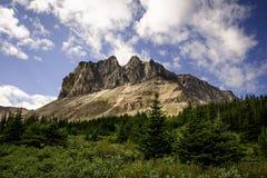 Go que camina el rastro del horizonte y ver esa vista espectacular del soporte Tekarra en Rocky Mountains imagenes de archivo