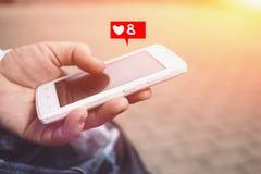 8 goûts dans le réseau social Participation de main et smartphone femelles d'utilisation Photos libres de droits