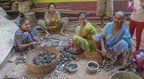 """GOA, †de la India """"diciembre de 2016: Mejillones para mujer indios de la limpieza después de f Fotografía de archivo libre de regalías"""
