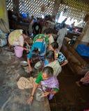 Goa, Índia - em fevereiro de 2008 - mulheres que compram no mercado de Mapusa Imagens de Stock