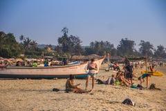 GOA, ΙΝΔΊΑ - 1 ΜΑΡΤΊΟΥ: άνθρωποι στην παραλία Arambol την 1η Μαρτίου 2017, Στοκ φωτογραφία με δικαίωμα ελεύθερης χρήσης