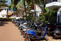 Goa, Индия - 16-ое декабря 2016: Много кораблей 2 Уилера припарковали рядом с улицей Стоковое Изображение