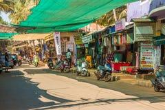 GOA, INDE - 1ER MARS : Route principale d'Arambol le 1er mars 2017, Goa Photo stock