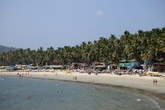 GOA, INDE - 31 JANVIER 2014 : Vacances, vendeuses, café sur la plage tropicale Palolem photo stock